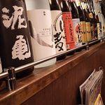 居酒屋革命 酔っ手羽酒場 - 一升瓶が並んでます