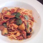 トラットリア イルモネッロ - パスタ茄子とベーコンのトマトソース:/@1155円
