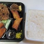 都一 - 料理写真:この日の日替わり弁当480円、店頭のお弁当はおかずだけ並んでて御飯はホカホカご飯を別に詰めてくれました。
