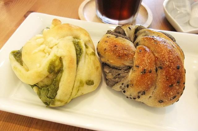 プクプク - 左:冷やしパン(抹茶クリーム)/右:黒ごまあんぱん