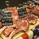 シカゴステーキ オーロラ - 目玉は、シカゴカットの骨付きリブアイロールステーキの『トマホーク』。他にニューヨークサーロインステーキ・Tボーンステーキ ポーターハウス・シャトーブリアンステーキ、和牛もあります。