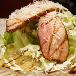 シカゴステーキ オーロラ - 前菜的にオーロラサラダ。大皿にこんもりと盛られたレタス、の上に自家製の厚切りカットのベーコンがのってます。