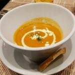 シカゴステーキ オーロラ - オマールのビスク(甲殻類食材から出汁をとったスープ)。       中級どころのアメリカンステーキハウスに行くと、スープがすごく大味のところが多いですが、       これは、オマール海老の風味が濃くて上質です。