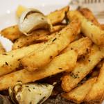 シカゴステーキ オーロラ - フレンチフライは、       全体的にローズマリーの風味で、ガーリックの素揚げも添えられており、       まさにオトナのフライドポテトでした。