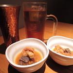 鉄板酒場 犇屋 - 今日はお友だち3人で天王寺MIOの11階『鉄板劇場 鑽々』に。まずは3人でかんぱ~い! ボキとちびつぬはビールとウーロン茶。 この突き出しのスジ肉と大根のドテ焼き、美味しい~