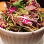 鉄板酒場 犇屋 - 10種類野菜の鑽々サラダ。 見た目もきれいで、普段あまり食べないような お野菜がいっぱい入ってるので、毎回注文してます!