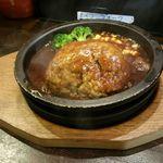 渋谷トンテキ - 煮込みトンバーグ(デミグラスソース)300g 800円。デミグラスソースにどっぷり漬かった豚肉のハンバーグは味が染みて、ご飯によく合います。