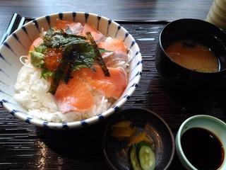 割烹バル 互談や 新大阪店 - 丼ランチ 750円 サーモンといくらの親子丼