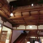奈良ホテル - 重厚感のあるエントランス。