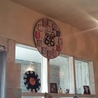 T's cafe-note - 大きなレトロな時計でゆったりした時間を感じでください。