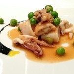 Ostu - ヤリイカとイタリア産フレッシュグリーンピース、クスクスの温菜、サフランとイカスミのソース