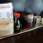 天龍ラーメン - 「天龍」卓上のすりゴマ、コショウ、おろしニンニク、醤油、餃子のタレ、ラー油など
