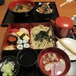 義つね - 手前が寿司セット(ザルソバ)、奥が天丼セット(温かいそば)