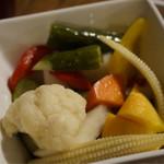 肉バル×チーズバル カーネヴォー - 彩り野菜の自家製ピクルス