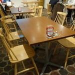 シナモンズ - ☆テーブル席はオープンな雰囲気です☆