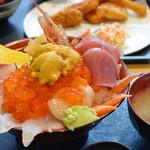 うみの駅 七のや - 特選海鮮丼(松)、汁物つき