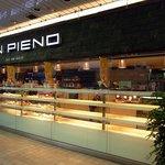 サンピエーノ - お店の概観です。夜だったのでパンの種類も少なくなっています。