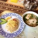 Faa Thai - ランチセット(スープ入りビーフン(鶏がらスープの汁ビーフン)、カオパット(タイ風焼き飯))