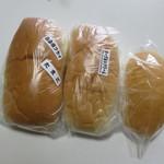 福田パン - 他のコッペパンと比べると大きさがわかる。 左から普通サイズ、一回り小さいサイズ、ミニサイズ