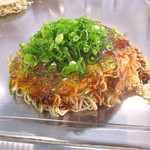 おっ好み焼 ようよう - 「定番焼き(肉・玉子・そば)」600円+「そばW」100円、デフォでネギてんこ盛りは嬉しい!