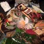 48614050 - 「番屋の鮮魚 10種鬼盛り」と「肉抜き焼きそば」.おつくりの真ん中あたりにドライアイスの演出が.