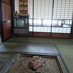 そば処 案山子 - 囲炉裏の奥にモノクロテレビ