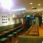 モスバーガー - 深夜の店内は空いています。
