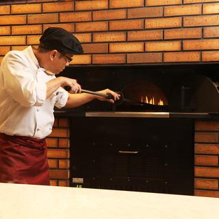 窯で丁寧に焼き上げるピッツァ