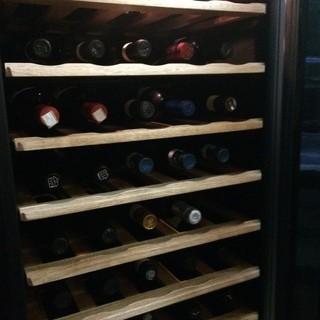 気軽なものから貴重なワインまで並ぶセラー
