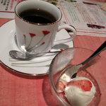スリランカ料理 POLPOL - 共通で付いてるドリンクとデザート。コーヒーにしちゃったけど、セイロン紅茶でも良かったですね。