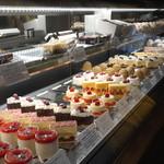 パティスリーエス - 美味しそうなケーキが並んでおりますね