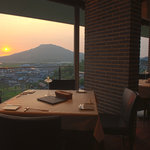 風の邱 - 加布里湾や糸島富士が見渡せるテーブル席でも全メニューが楽しめます