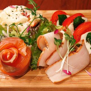 日々、新鮮な「魚介」、「野菜」、「肉」を仕入れています