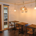 Cafe Kissa - 木の香りのする店内。