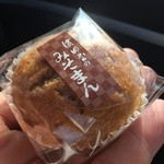 濱田屋 - 同店の人気商品、みそまん。味噌の風味は強め、素朴な味わいが好印象の一品です。