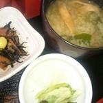 大村庵 - 小鉢・香の物・お味噌汁。