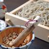 Kaorutsukesobasobana - 料理写真:『焙煎木の実つけせいろ』焙煎した、胡桃、カシューナッツ、アーモンドの三種類の木の実をお客様が「ごりごり」と擦っていただき、そこに蕎麦汁を注いでお召し上がりいただきます。時間が経つほど木の実の旨みが汁に溶けだし、そこに蕎麦をつけてお召し上がりいただくと2つの旨みと香りが複雑に絡み合い、お互いに美味しさを高め、より一層愉しませてくれます。