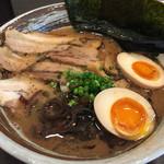 麺屋 紡 - 料理写真:特製紡ラーメン  900円(税込)  麺は細麺。スープは、魚介系ではなく、鳥パイタンを発展させた感じに近い。チャーシューは炙りで3枚。味玉の黄身が若干冷たかったのは残念でした。