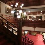 奈良ホテル - 本館2階への階段からロビーを眺める。
