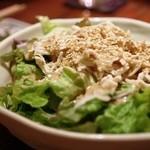 肉うどんの戸上家 - 岩手鶏笹身のごまサラダ