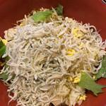 ナンクルナイサ きばいやんせー - しらす丼 生卵を別のうつわに溶いて、しょうゆをかけてから丼の上にかけます