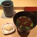 48701021 - ばらちらしについてくる赤出汁、漬物、緑茶