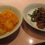 48716759 - 海老のチリソース(左)、牛肉の細切りとピーマンの炒め(右)