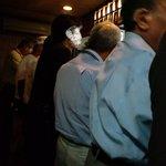立ち飲み やき屋 - 店内は大盛況。立ち飲みだが、1卓だけテーブルアリ。2010.7