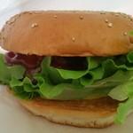 48720709 - 普通のハンバーガーと比較しても分厚い