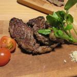 グリルSumitoko - 特選黒毛和牛ステーキ、厚みはありますがとても柔らかいお肉、添えられた岩塩でいただきます。
