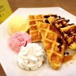 謎屋珈琲店 - 『ミス・マープルのメープルワッフル』ワッフル&アイス2種。軽食としても最適。