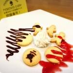 謎屋珈琲店 - 『二銭銅貨』自家製のクッキーにクリームといちごソース、チョコソースをかけて。