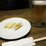 ペーパームーン - 生ビール(550円)とお通しの漬物