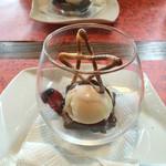 48730122 - デザート チョコレートケーキバニラアイスクリーム添え